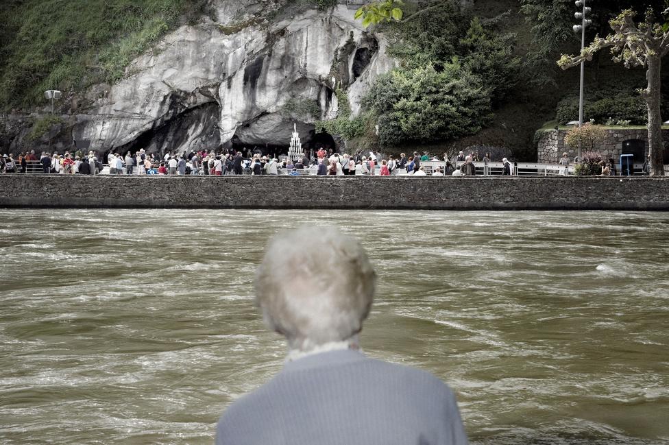 A Gave de Pau folyón túl látható Bernadette grottója, a zarándokok elsőszámú célpontja. A történet szerint a kis barlangmélyedésben látta meg először a 14 éves Soubirous Szűz Máriát. Amikor testvére elárulta a szülőknek a jelenést, azok jól elfenekelték őket.