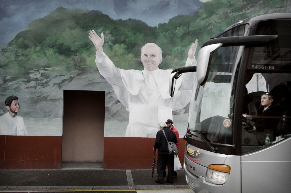 II. János Pál roppant népszerű Lourdes-ban (is), ez elsősorban annak köszönhető, hogy a néhai egyházfő a Mária-kultusz nagy támogatója volt. Márpedig a legnagyobb hatású katolikus látomásokban – a lourdes-in kívül például a fátimaiban – ő az, aki a gyerekek előtt megjelenik..