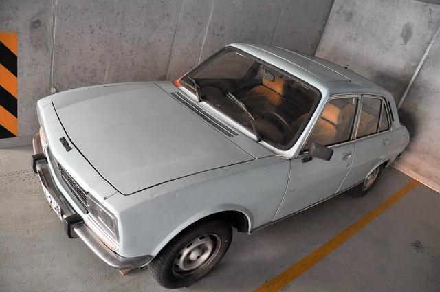 Rozi, az 504-es Peugeot, pont egy teremgarázsnyi helyet foglal