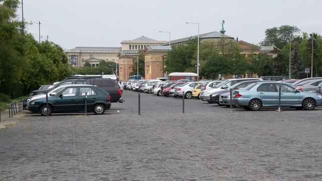 Az Ötvenhatosok terén ingyenes a parkolás, általában tele is van