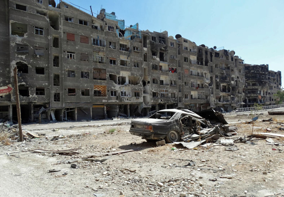 Zamalka, Damaszkusz egyik elővárosa. A felkelők és az amerikai hírszerzés szerint többek között itt vetett be augusztus 21-én vegyi fegyvereket Aszad előrenyomuló hadserege. John Kerry amerikai külügyminiszter szerint bizonyítékok alapján vér- és hajmintákkal is igazolni tudják, hogy szarint vetett be a szíriai rezsim a környéken, a támadásban pedig 1429-en, köztük 426 gyerek meghaltak. A rezsim tagad, az ENSZ hivatalos vizsgálatának eredményére pedig még várni kell.