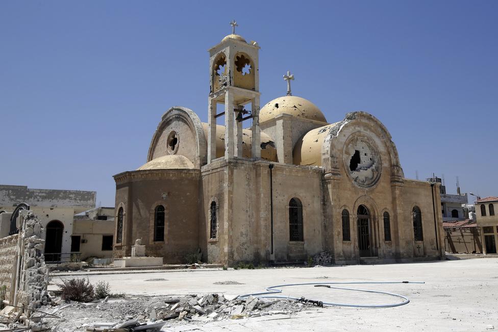 A szomszédos al-Kuszajr szintén a felkelők                          irányítása alatt volt hosszú időn át, de                          júniusra a kormány visszaszerezte a várost. A képen egy rommálőtt katolikus templom látszik. Al-Kuszajr visszaszerzésével a szíriai-libanoni határt ismét a rezsim ellenőrzi. Libanonba már több mint 600 ezren menekültek át a harcok elől.