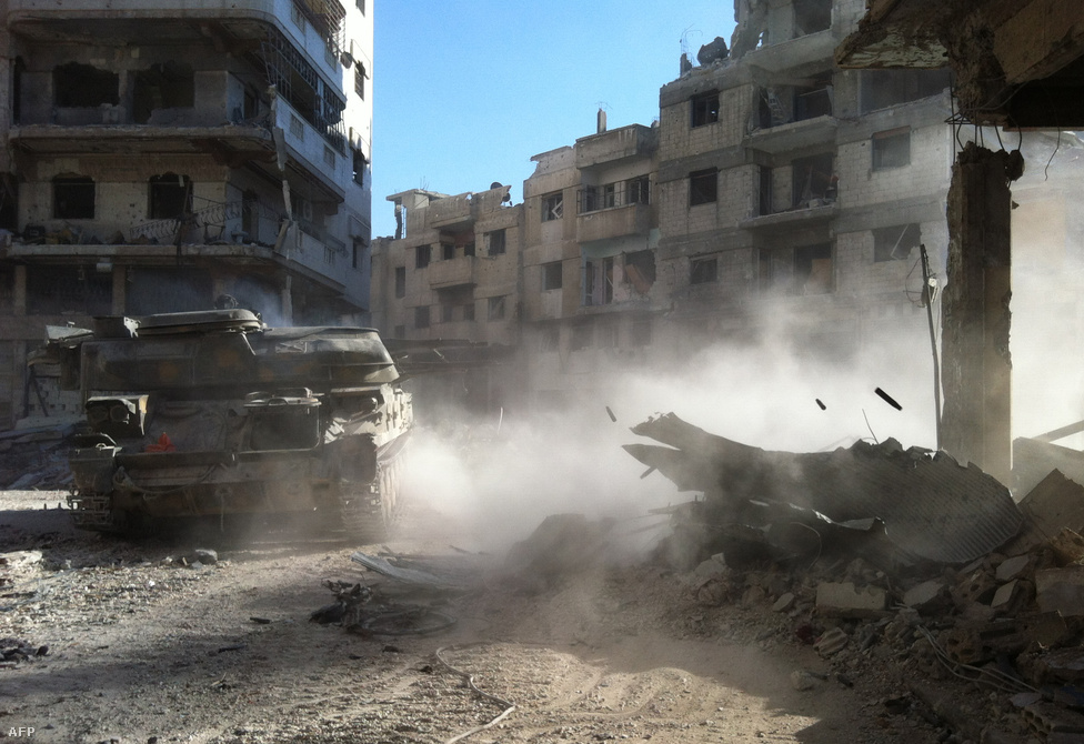 Ez már Homsz, Aleppó és Damaszkusz között félúton. 2011-ben és 2012 első felében ez volt a felkelés központja, itt robbantak ki az első kormányellenes megmozdulások. Aleppóval ellentétben itt maguk a lakosok lázadtak fel Aszad ellen. Azonban a rezsim nagy erőket vezényelt a városhoz, aminek már ismét 80 százalékát ők irányítják. A harcok pontos állását ugyanakkor nehéz követni, gyakran előfordul, hogy egy csata után a hadsereg és a felkelők is bejelentik, hogy sikerült megszerezniük egy területet.