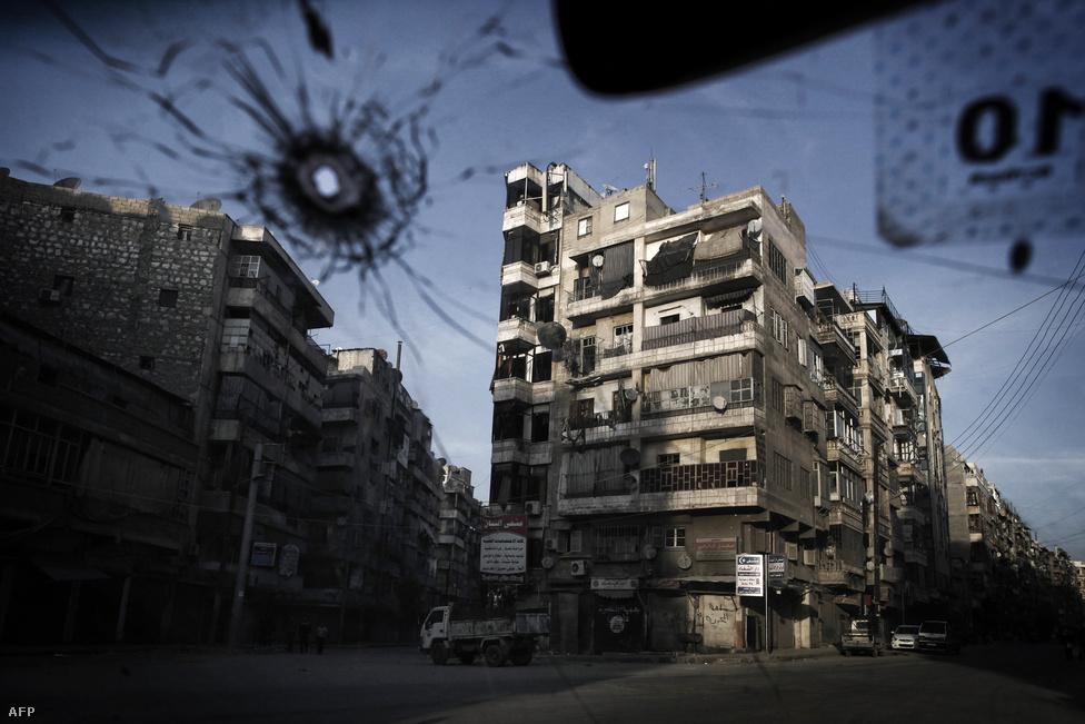 Az északi Aleppó Szíria legnépesebb városa és gazdasági központja volt. Az eredetileg kétmilliós városból a harcok kezdete óta a lakosság fele elmenekült. Aleppóban 2012. júliusa óta folyamatosak az összecsapások, a város egy részét most a felkelők, másik részét a kormányerők irányítják.