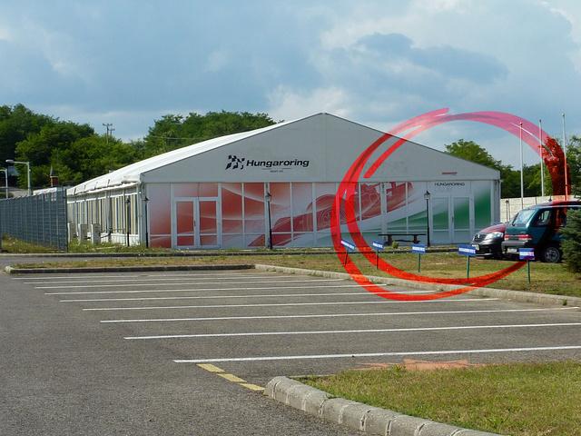 Így néz ki a VIP-club, ami átmenetileg regisztrációs központként működik majd. Itt történik a befizetés a transzponder- és boxbérlés
