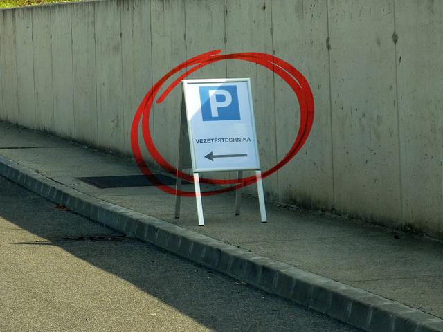 ...el nem érnek ehhez a táblához, itt a vezetéstechnikai tréningen résztvevők elkanyarodnak...