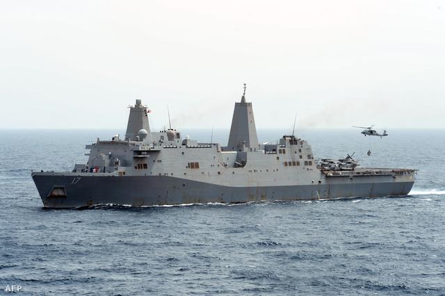 Egy MH-60S Sea Hawk helikopter rakományt szállít az Ádeni-öbölben állomásozó 5 amerikai hadihajóhoz a USS San Antonio teherhajóról
