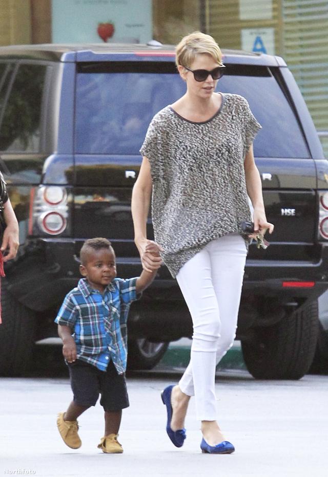 Charlize Theron az adoptált fiával sétált