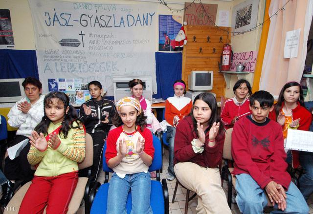 Roma gyerekek a Jászsági Roma Polgárjogi Szervezet új tanodájának megnyitásán Jászladányban, a szervezet közösségi házában. (2006. április 4.)