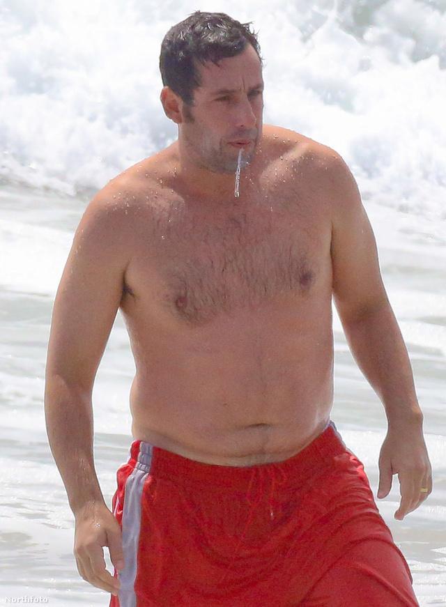 Adam Sandler az óceánban