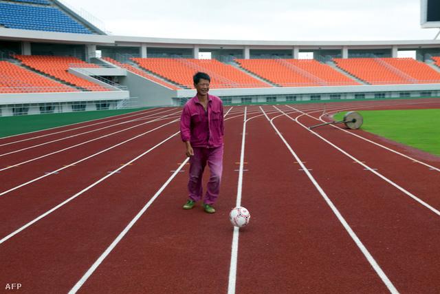 Kínai munkás focizik a mozambiki Maputo 42000 férőhelyes stadionjában