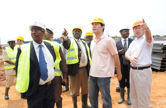 A Shagai kínai építőipari vállalat képviselője hallgatja a CAF (Afrikai Futballszövetség) gaboni tagját, Almamy Camarát a Kína és Gabon barátság stadion építkezésén