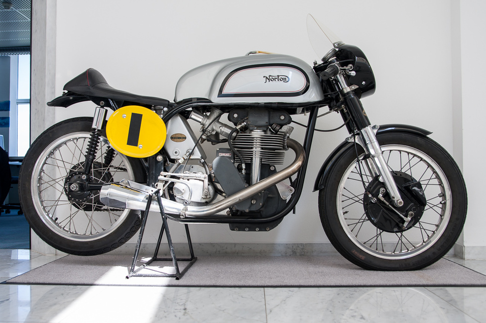 Norton Manx az ötvenes évekből. A modellt már korábban is gyártották, Norton International néven, ezt keresztelték át a II..világháború után, a Man TT-s versenyszereplésre utalva.  Két felül fekvő vezérműtengelyét királytengely hajtotta, 350 és 500 köbcentis motorokkal készült