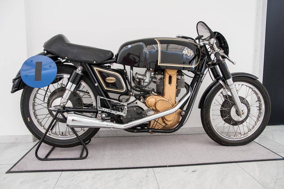 A brit AJS-t 1909-ben alapították, ekkor került az első Man TT-n induló motorjukra Albert John Stevens monogramja. Amikor ez az AJS 7R versenymotor készült, a név már a Matchless tulajdonában volt, a versenymotorokon még használták az AJS nevet