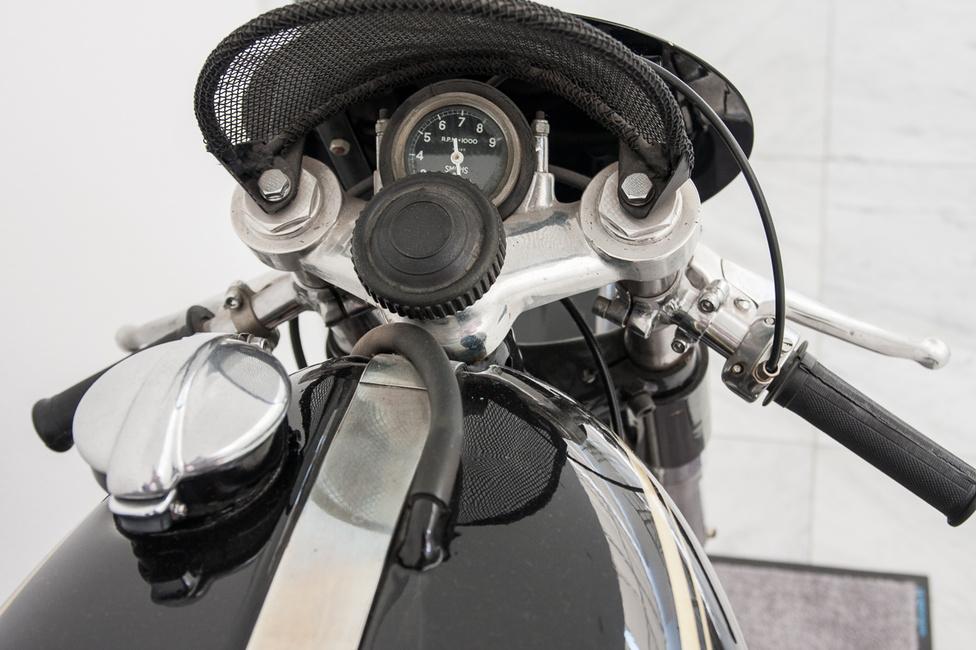 Akkori mértékkel iszonyatosan pörgött a motor, amely első változatában 36, majd később 40 lóerős volt. Végül 1954-ben megnyerték vele a man-szigeti Tourist Trophyt