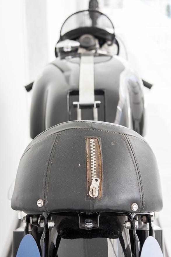 Vészkijárat? Hőskorában az AJS oldalkocsikat, autóbuszokat is gyártott, egészen 1931-ig, amikor Stevens eladta a céget