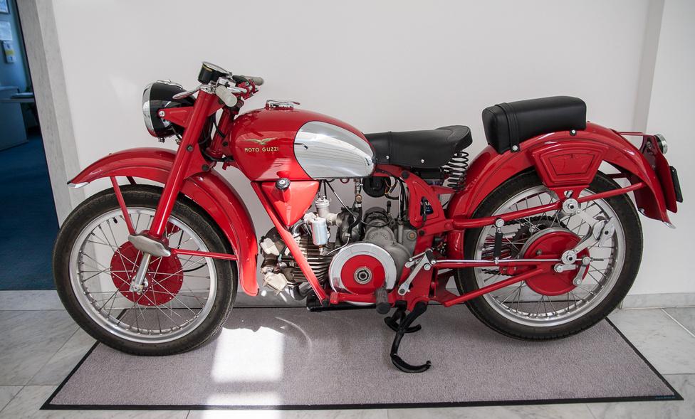 Bár ma a Moto Guzzit a hosszanti V2-es motorokkal azonosítjuk, a cég életének első felét a fekvő egyhengeres blokkok határozták meg. A képen látható Falcone modell 1950-1967 között készült. Jellegzetesen régies megoldások: szabadon forgó lendkerék, száraz súrlódásos lengéscsillapító hátul