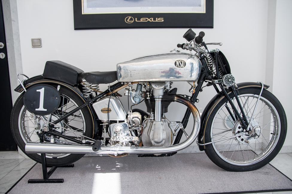 NSU 500 SS versenymotor, a harmincas évek első feléből. Tervezőjét, Walter William Moore-t a Nortontól szerződtették. Az NSU név egyébként a Neckarsulm rövidítése. Ez a modell volt a