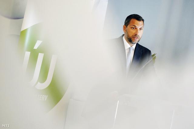 Lázár János sajtótájékoztatója az NFÜ átvételéről az ügynökség épületében