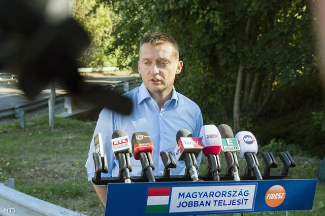 Rogán Antal, a Fidesz frakcióvezetője nyilatkozik a sajtónak a Fidesz-KDNP parlamenti képviselőcsoportja háromnapos, évadnyitó kihelyezett ülésének helyszínén a Thermal Hotel Visegrád szálloda előtt