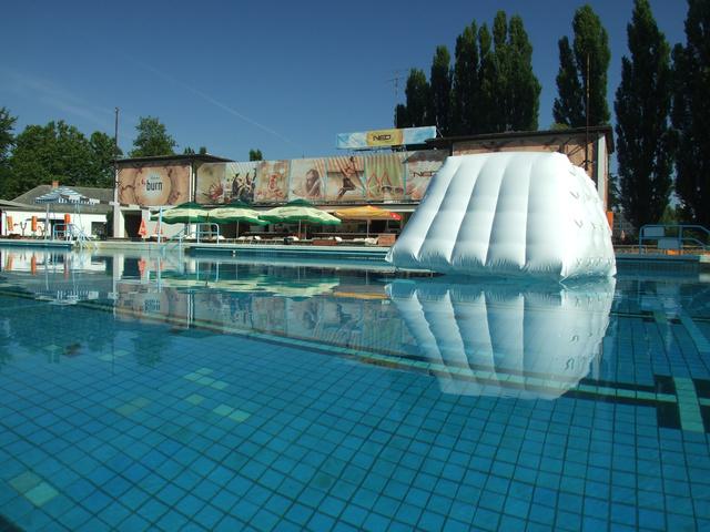 A győri élményfürdő egyik medencéje, 2013. nyarán