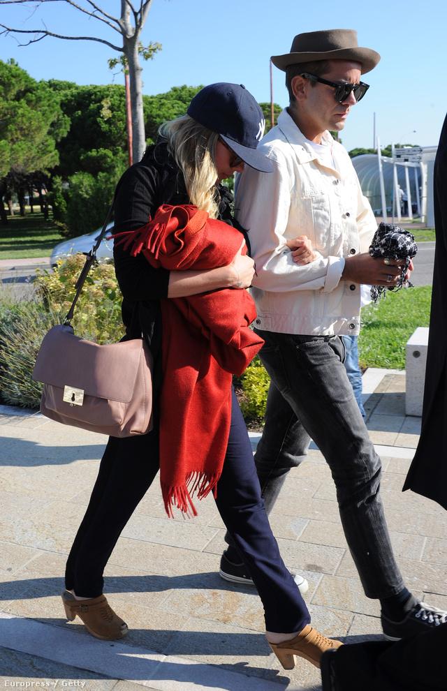 Scarlett Johansson és vőlegénye