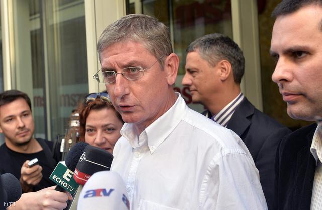 Gyurcsány Ferenc, a Demokratikus Koalíció (DK) elnöke nyilatkozik az MSZP-vel történt egyeztetés után, a szocialisták Jókai utcai székháza előtt 2013. szeptember 2-án. Mellette a DK tagjai, Vadai Ágnes (b), Molnár Csaba (j), mögötte Gréczy Zsolt szóvivő (j2).