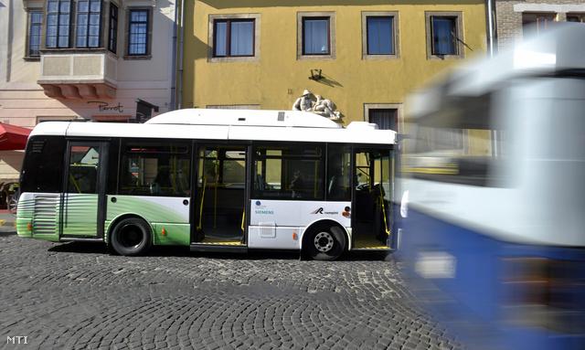 Elektromos midibusz a várban
