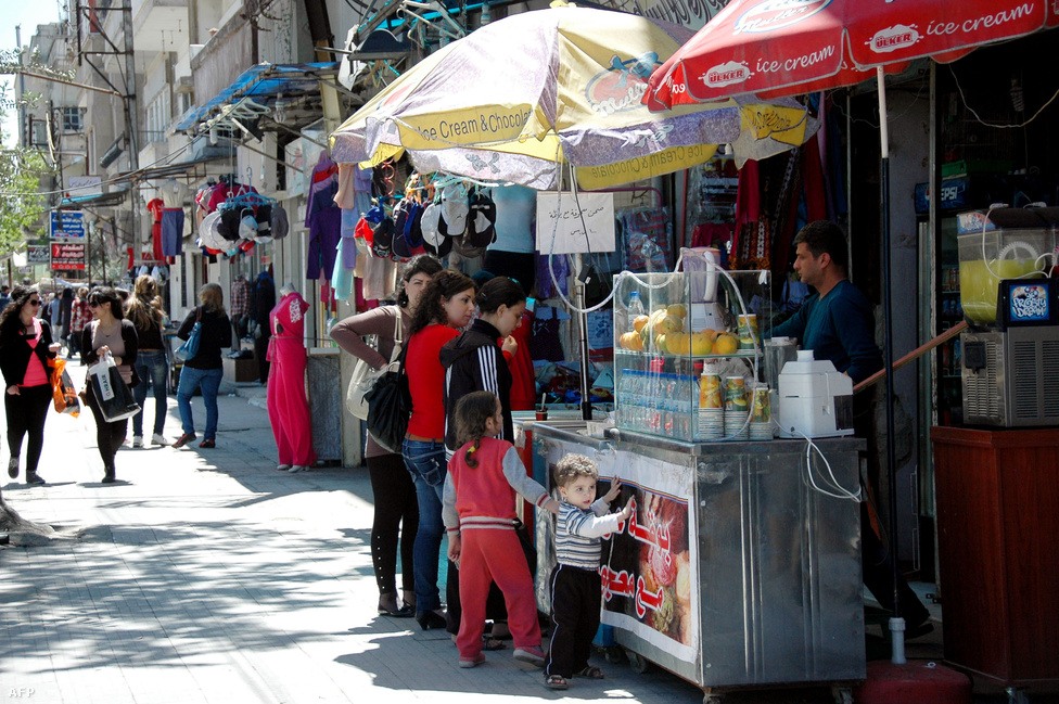 A szíriai állami hírügynökség, a SANA fotója a legnagyobb részt szétbombázott város másik arcát is megmutatja. A boltok kinyitnak, a családok az utcán sétálnak, élvezve a napsütést.