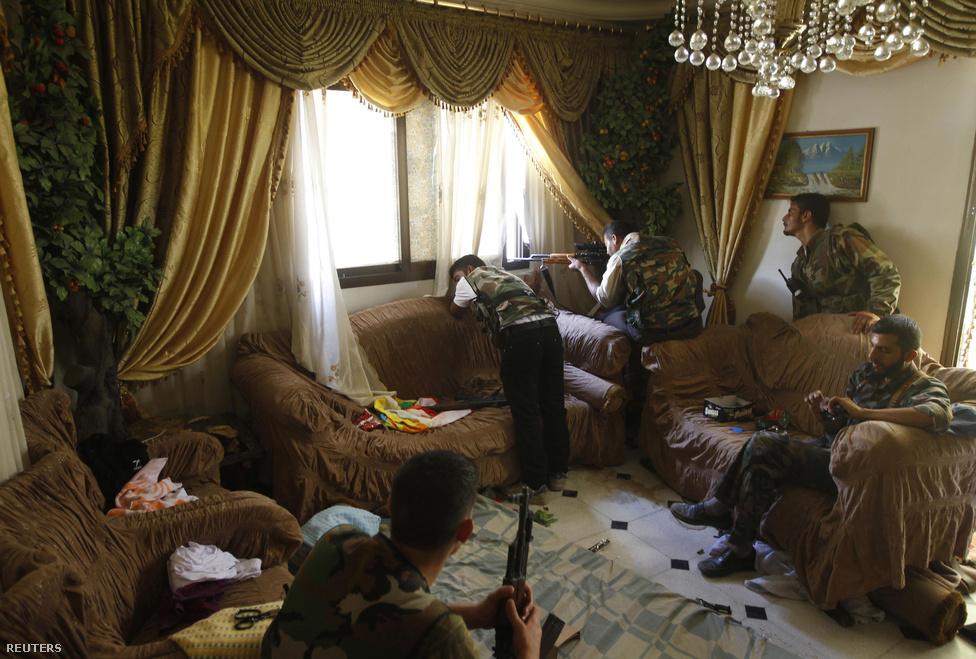 A várost folyamatosan hagyják el a lakók, az elhagyott lakások lövészállásokká alakulnak. A város nyugati fele a kormányerőké, a keleti fele pedig a felkelőké, már beálltak a frontvonalak.Szíriából eddig nagyjából kétmillió ember menekült a környező országokba, az Aleppóhoz leginkább közeli Törökországba már több mint 400 ezren érkeztek (bővebben infografikánkon).