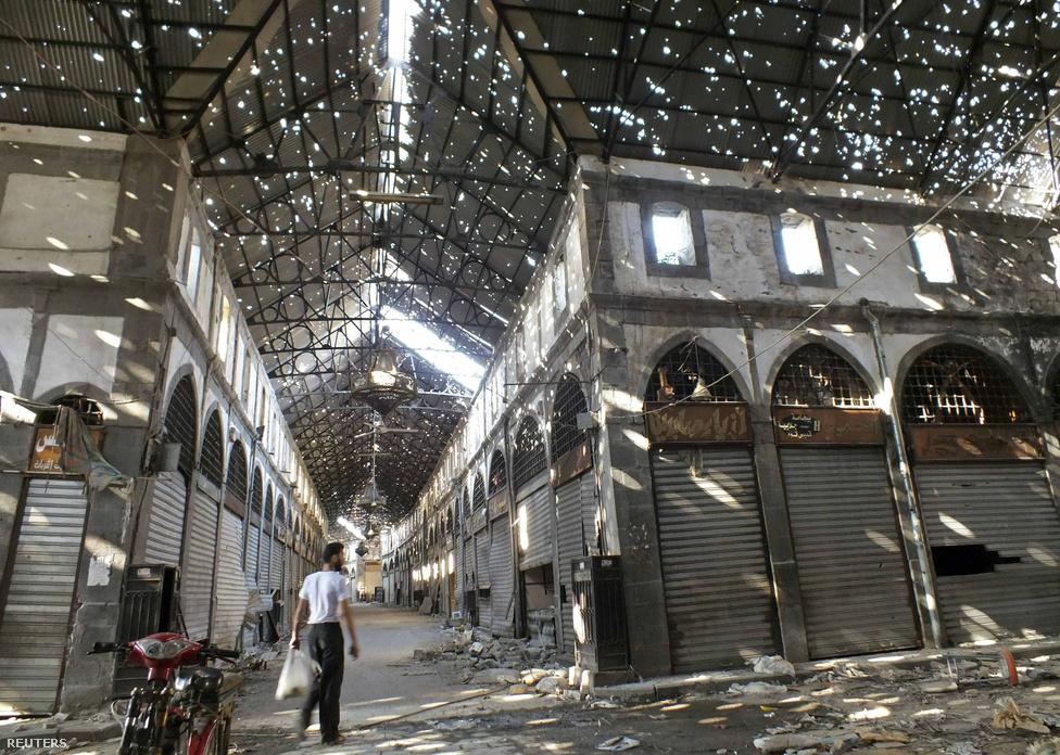 """""""Nincs egy perc, amelyben ne hallanánk, hogy rakéta vagy gránát csapódik valamelyik épületbe"""" – így írta le mindennapjait az AFP-nek egy szíriai felkelő, aki két éve Homszban harcol a kormány ellen."""
