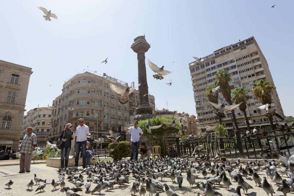 """Damaszkuszban most a  BBC szerint annak ellenére is viszonylagos nyugalom van, hogy Barack Obama amerikai elnök ugyan a jövő héten szavazó kongresszustól kért felhatalmazást, de az amerikai erők bármikor képesek támadást indítani Szíria ellen. Még olyan is van, aki kifejezetten várja az amerikai beavatkozást: """"Most ezer embert öletett meg, legközelebb talán ötezret fog. Nem hagyja abba, amíg meg nem állítják"""" – mondta a BBC-nek az egyik lakó az elővárosokban Aszadról. A gazdagabb Mezzeh 86 kerületben élő Nada szerint viszont az Egyesült Államok csak azért támadna Szíriára, mert Aszad Izrael ellensége. Nada szerint az elővárosokat """"valahogy meg kellett tisztítani a terroristáktól""""."""