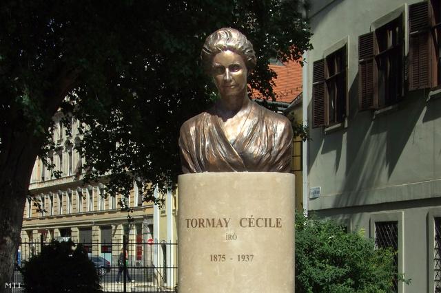 Tormay Cécile írónő (1875–1937) mellszobra a főváros VIII. kerületében, a Szent Rókus Kórház épülete előtt.