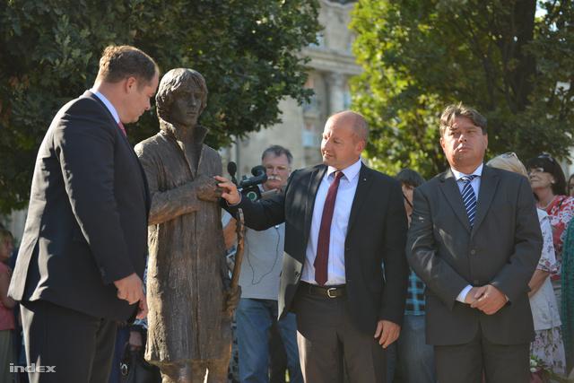 Cseh Tamás egészalakos bronzszobra