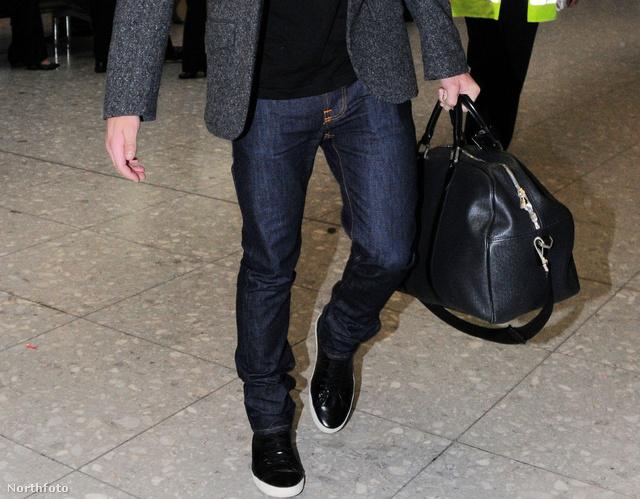 Zac Efron még 2009-ben egy hatalmas táskával a Heathrow reptéren