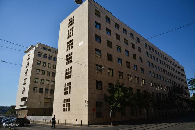 A kommunista szocreál találkozása a náci birodalmi építészettel a 20-as évek lyukrácsos erkélyén