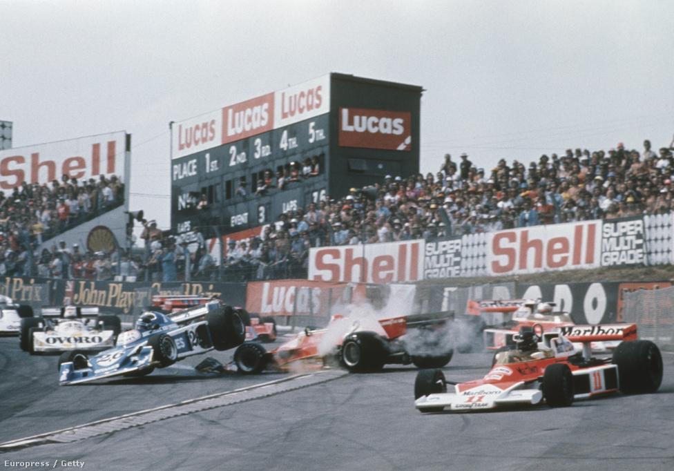 A 76-os Brit GP rajtbalesete, amiben Hunt the shunt, vagyis kicsúszós Hunt bizonyította hírnevét. Ez után jött a második rajt, majd a diszkvalifikációs balhé.