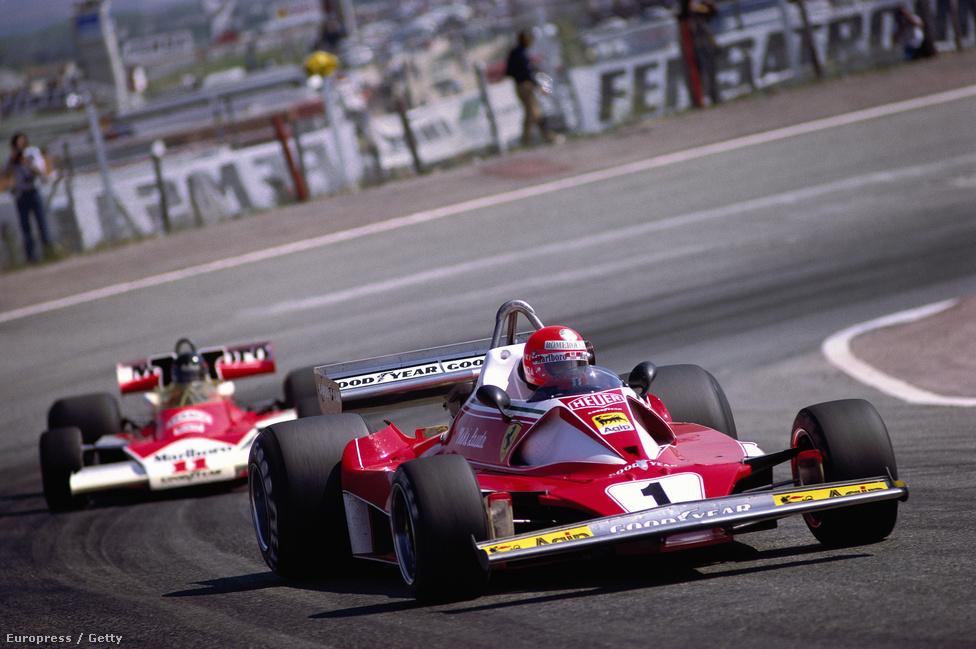 Niki Lauda a Ferrariban (elöl) és James Hunt a McLarenben uralta az 1976-os Forma-1-szezont. Hunt hat, Lauda öt futamot nyert, bár kettővel kevesebben indult nürburgringi balesete miatt. Itt épp az egyik botrányfutamot, Jaramában, Madrid mellett épp az osztrák vezet. Végül Hunt nyert, de kizárták, majd hónapokkal később visszahelyezték elsőnek, és visszakapta 9 pontját.