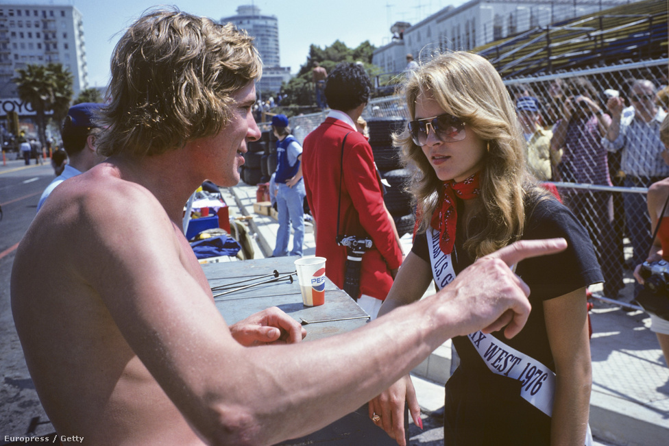 Hunt 1976-ban, Long Beachben, Kaliforniában a verseny szépségkirálynőjével beszélget. Óriáscsajozó volt, állítólag 5000 nője volt, pedig csak 45 évet élt. Sosem fogta vissza magát, még a versenynapokon sem, sőt, közvetlenül a rajtok előtt sem. Szex - a bajnokok reggelije! - ez volt versenyoveralljára írva. És tartotta is ehhez magát.