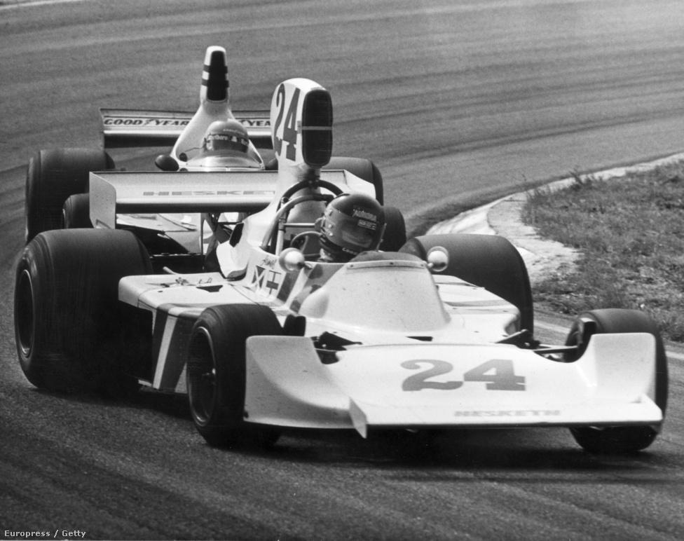 Az 1975-ös Holland GP-n nyert először Hunt, egy Hesketh volánja mögött. Lord Hesketh magánvagyonából finanszírozta versenycsapatát, állítólag nem is akart szponzorokat, a kocsi egyszerű fehér volt. 75 végén viszont váratlanul kiszállt, mert a Forma-1 költségei azért őt is megvágták. Hunt kocsi nélkül maradt, de a McLaren és Fittipaldi, aki váratlanul otthagyta a csapatot, megmentette karrierjét.
