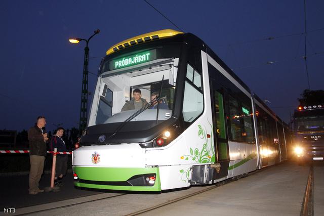 A cseh Skoda konszern plzeni gyárában készült első új, 26 THU 3 típusjelű villamos Miskolcon 2013. július 2-án.
