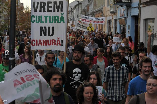A verespataki ciántechnológiás aranybánya tervezett megnyitása ellen tiltakoznak tüntetők Kolozsvár főterén 2013. szeptember 1-jén.