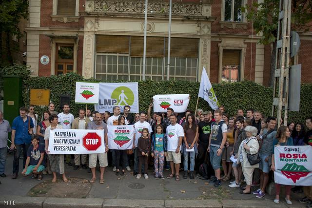 Résztvevők transzparensekkel a Lehet Más a Politika demonstrációján a verespataki aranybánya tervezett megnyitása ellen a budapesti román nagykövetség előtt 2013. szeptember 1-jén.