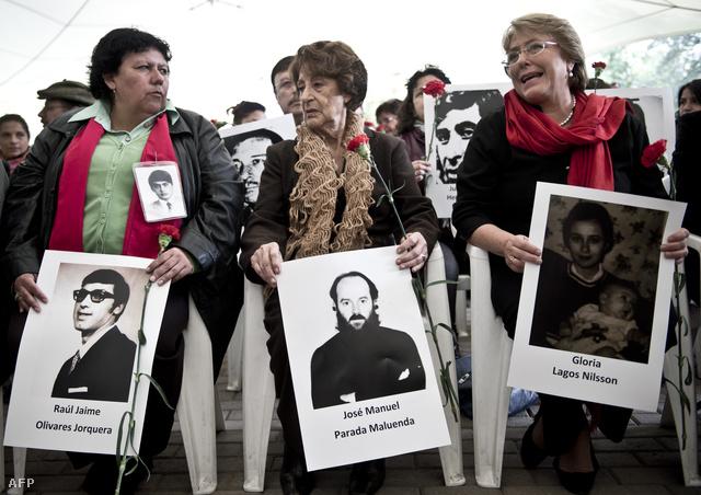 Michelle Bachelet, korábbi chilei elnök édesanyjával, Angela Jeriával és Lorena Pizzaróval, a Fogvatartottak és Megkínzottak Hozzátartozóinak Szövetségének elnökével a diktatúra idején kínzóközpontként használt Villa Grimaldi nevű helyen tartott megemlékezésen