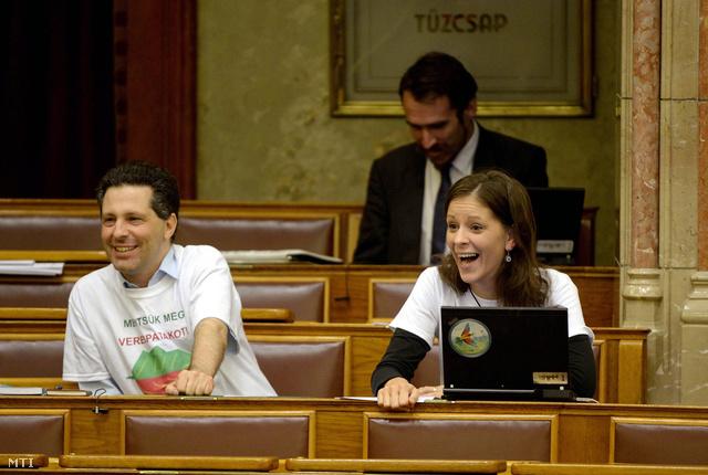 Schiffer András és Szél Bernadett Illés Zoltán környezetvédelmi államtitkár felszólalása alatt az Országgyűlés plenáris ülésén 2013. szeptember 10-én.