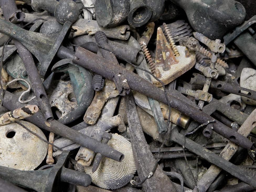 A hamvasztás során a műtéti úton a testbe került fémek nem égnek el.