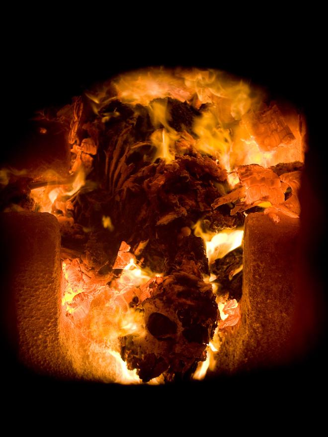 """A hamvasztást a holttest hűtése előzi meg, a kemencékben egyetlen holttest fér el. Egy átlagos hamvasztás 60-70 perc alatt zajlik le, a kemencében 700-800 Celsius fok körüli hőmérséklet van kezdetben, ami akár 1100 Celsiusra is emelkedhet. A hamvasztási folyamat befejezését követően kikezelik a hamvakat a kemencéből egy erre a célra kialakított edénybe, ahol 20 percet hűtik. Ez az edény a hűlést követően egy porítóberendezésbe kerül, ahol cca. 4 mm3 nagyságura porítják a hamvakat. """"A porítóberendezésből a hamvak az urnabetétbe kerülnek, amit még a hamvak behelyezését megelőzően ellátunk azonosítókkal (elhunyt neve, hamvasztási száma, hamvasztás napja, hamvasztást végző üzem azonosító betűjele). Az urnabetét tetejét és alját összeforrasztjuk, lezárjuk. Ez az urnabetét fog belekerülni a díszurnába"""" – írja a Budapesti Temetkezési Intézet."""