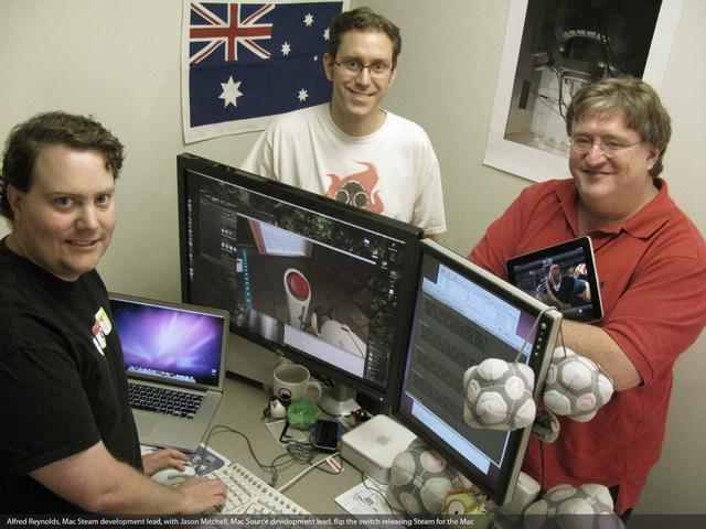 Gabe Newell, a Steam atyja (jobbra)