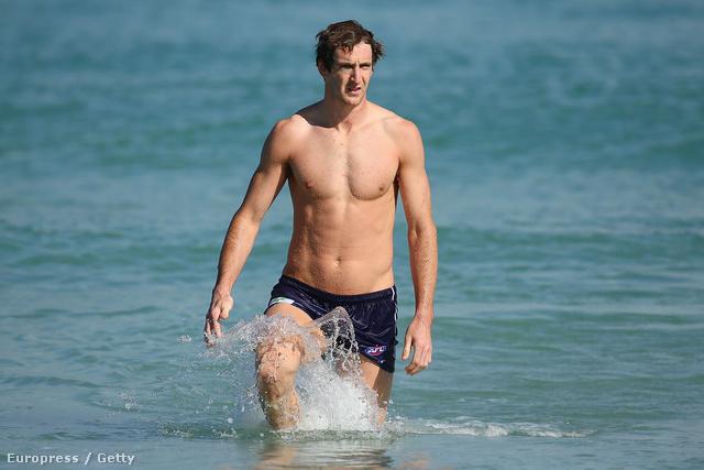 Michael Barlow kisétál az óceánból