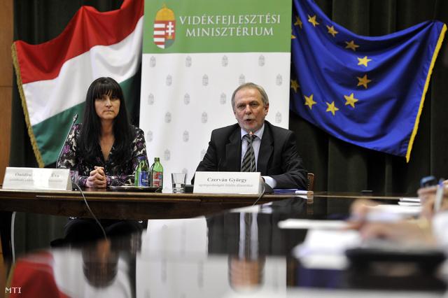 Ónodiné Demeter Éva gazdálkodó a károsult családok képviselője és Czerván György a Vidékfejlesztési Minisztérium agrárgazdaságért felelős államtitkára.